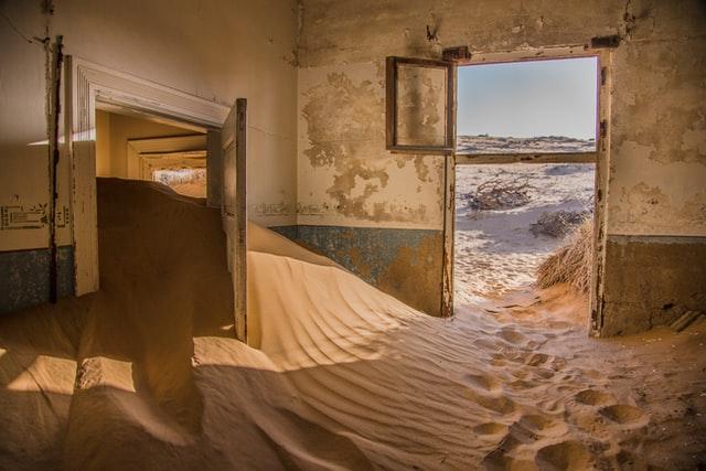 Σπίτι πλημμυρισμένο από άμμο