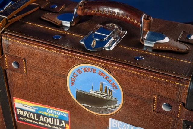 Καφέ βαλίτσα με αυτοκόλλητα