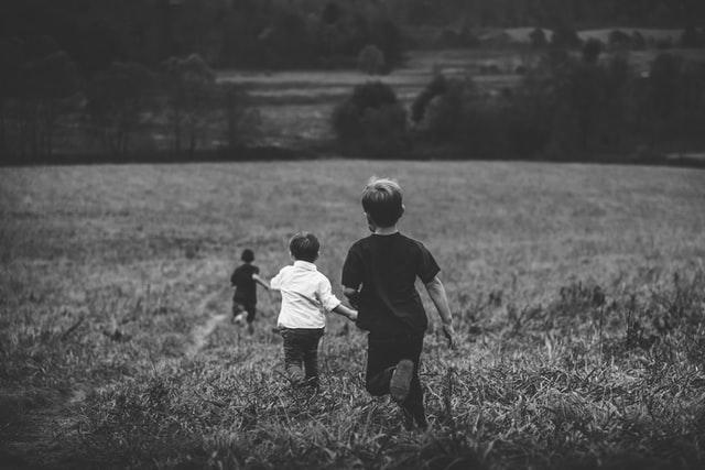 Φωτογραφία τριών παιδιών σε χωράφι