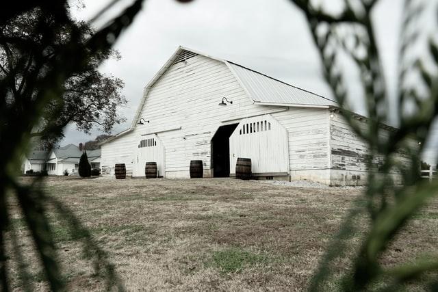 Άσπρος ξύλινος στάβλος